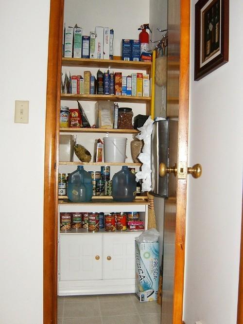 Кладовая возле кухни или на кухне