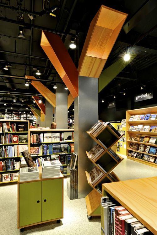 Большой книжный магазин