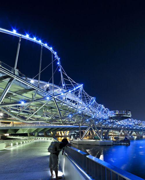 Пешеходный мост ночью
