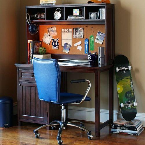 Рабочее место в комнате подростка мальчика