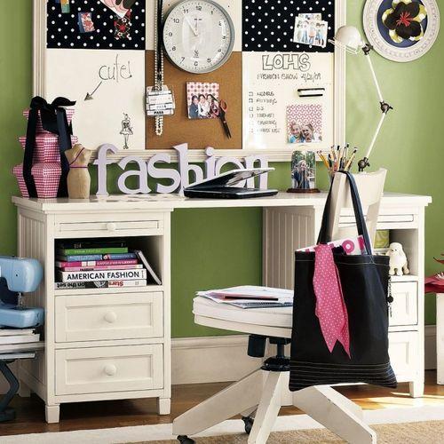 Рабочее место в комнате подростка девочки