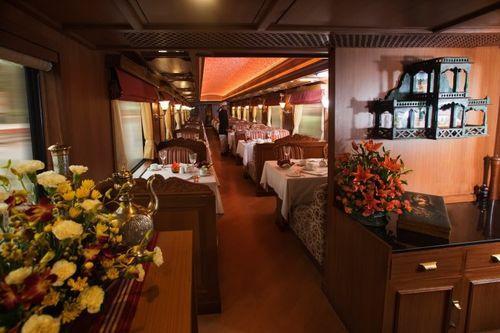 Шикарный ресторан в поезде