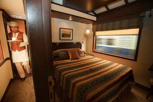 Спальня с двуспальной кроватью в поезде
