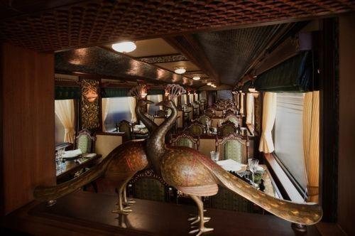 Павлины в вагоне ресторане