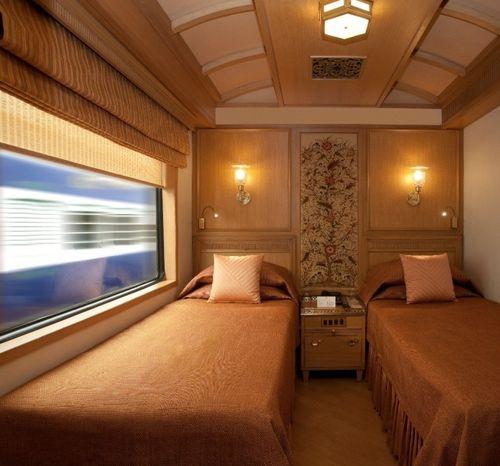 Спальня с двумя кроватями в поезде