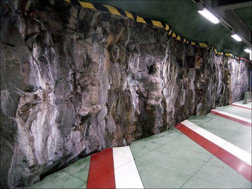 Стены со скульптурами в метро