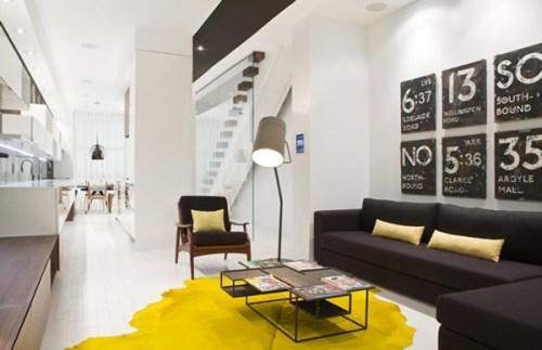 Желтый коврик и желтые подушки в гостиной