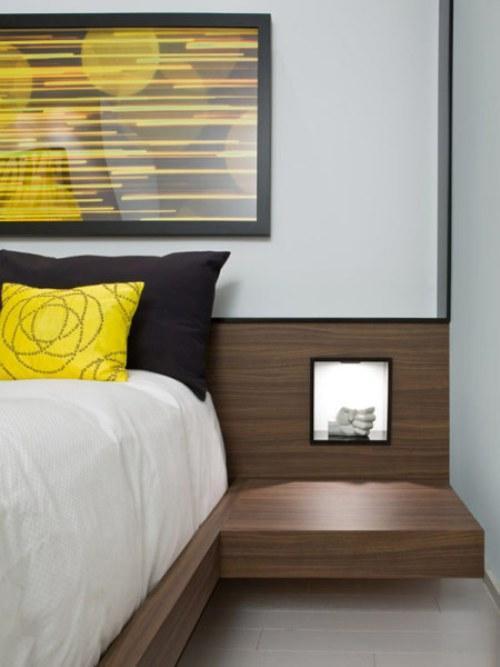 Желтые подушки и картина в спальне