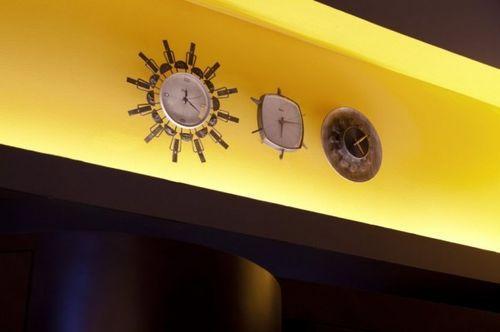 Часы на желтой балке