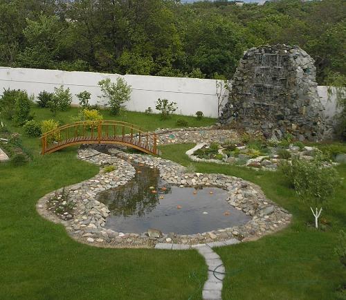 водоем на участке совмещен с искусственным водопадом
