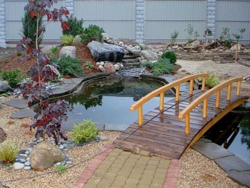 водоем на участке с мостиком