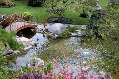 водоем на участке с небольшим фонтаном