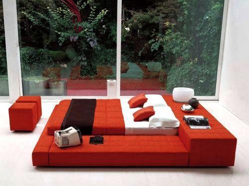 Красная кровать в спальне
