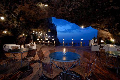 Необычный ресторан Grotta Palazzese