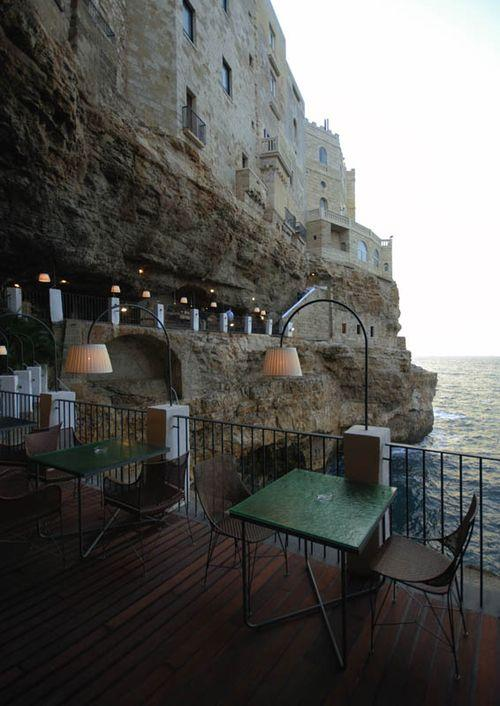Ресторан в скале с видом на море