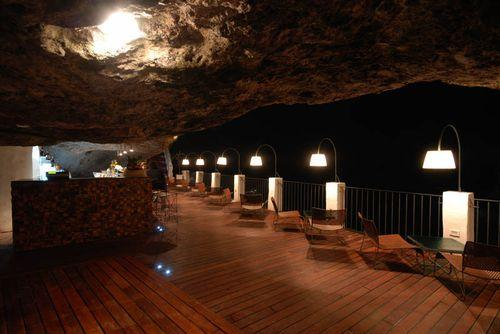 Необычный ресторан Grotta Palazzese в Полиньяно-а-Маре