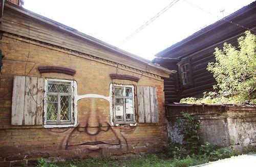 Рисунок на стене дома