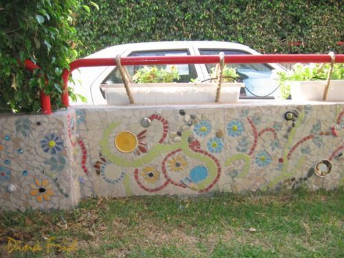 Декорирование забора мозаикой