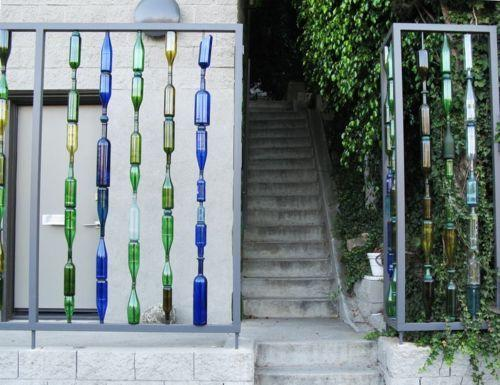 Декорирование забора бутылками