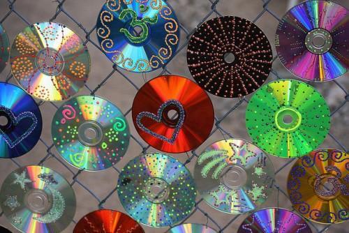 Декорирование забора компакт дисками