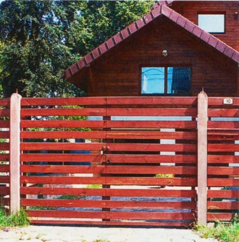 Деревянный забор с бетонными столбиками