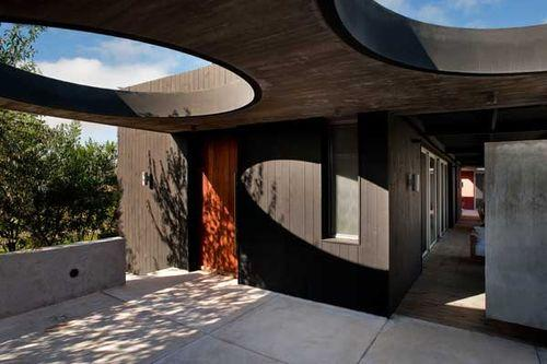 Black And Red Residence - дом с двумя каминами от уругвайских архитекторов