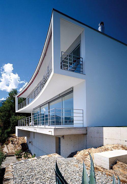 Дом с балконами на первом и втором этажах
