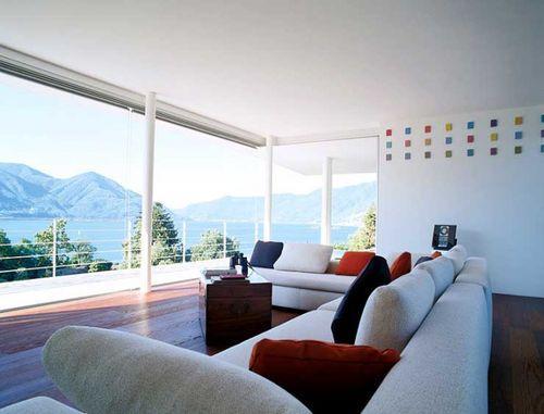 Гостиная с витражными окнами
