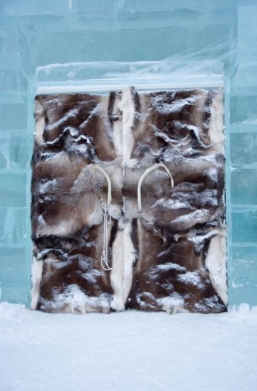 Кровать с мехами в ледяном отеле