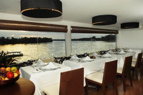 Ресторан в плавучей гостинице M/V Aqua