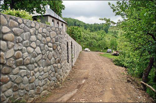 http://prostostroy.com/wp-content/uploads/2012/03/rekomendacii-po-stroitelstvu-kamennogo-zabora-5.jpg