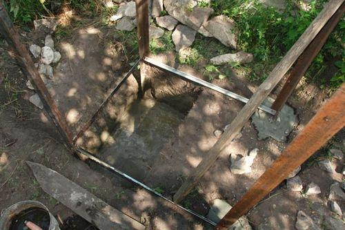 Установка каркаса туалета и бетонирование фундамента