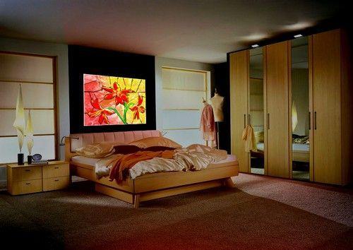 Витражи в интерьере спальни над кроватью