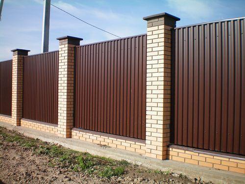 Забор из профнастила и кирпичных столбиков