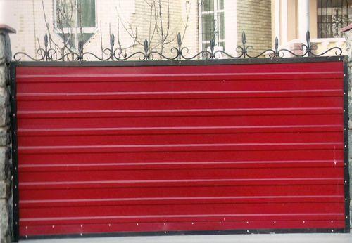 Красный забор из профнастила своими руками