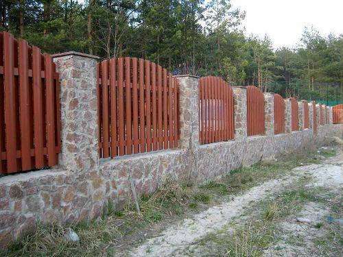 Забор с камня и дерева
