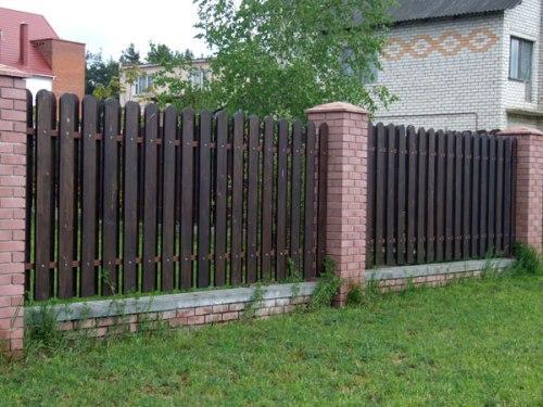 Забор с кирпичными столбиками и деревянными пролетами