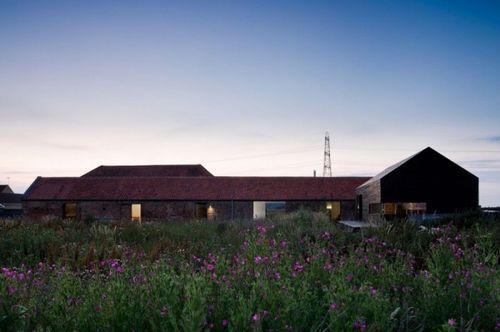 Старый сарай преобразованный в жилой дом Ochre Barn