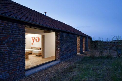 Заброшенный сарай преобразованный в жилой дом Ochre Barn