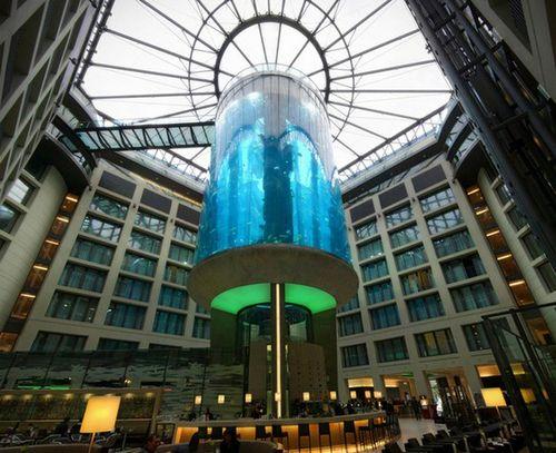 Огромный аквариум Aquadom в Берлине