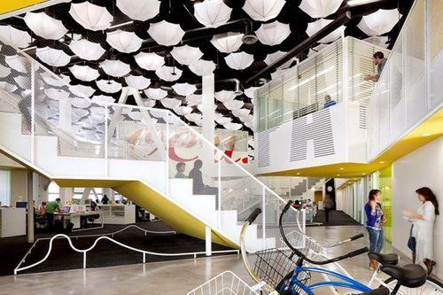 Дизайнерское решение для создания офиса в помещении кинотеатра