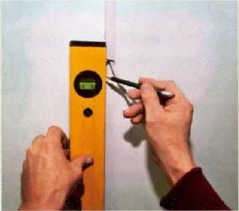 С помощью карандаша делаем разметку, по которой будем укладывать кабель-канал
