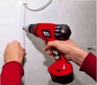 Прилаживаем кабель-канал и делаем отверстие в нем и стене