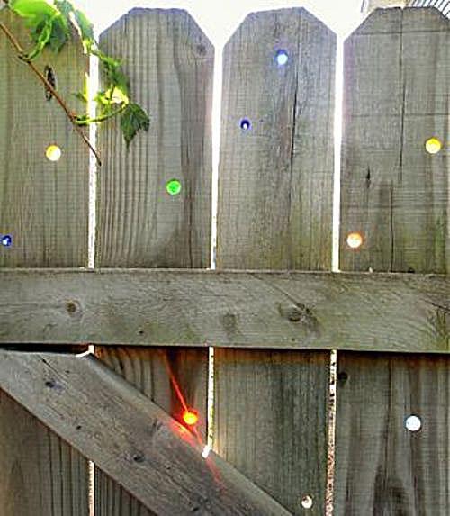 Декорирование забора стеклянными шариками