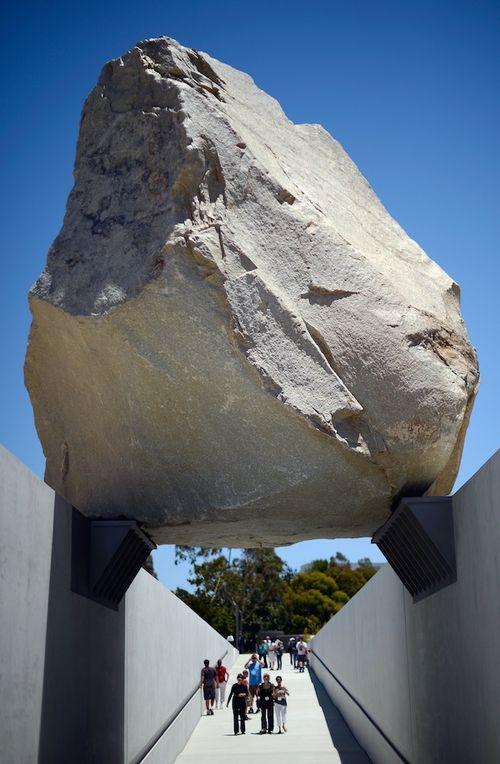 Архитектурная инсталляция из камня