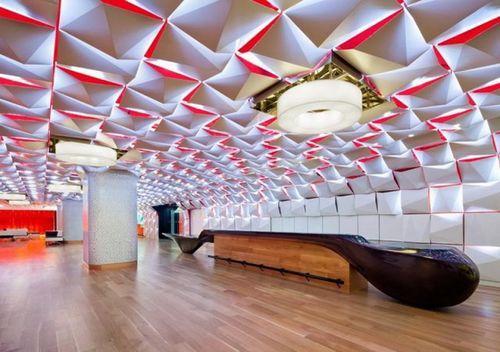 Салон Urbain Lounge с объемным потолком