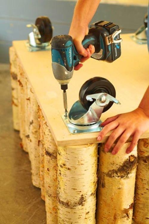 Крепим колесики к деревянному столику