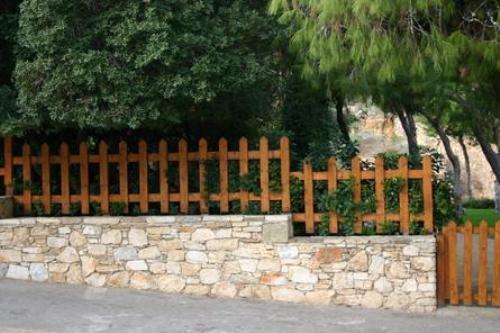 Простой забор из штакетника