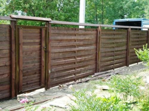 Забор из штакетника с двумя стойками
