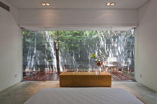 Спальня с большим окном в M11 House